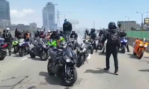 A crowd of over 100 motorcycle enthusiasts caused havoc on Toronto-area highways on Sunday when they stopped in the middle of the road to watch each other pull stunts.